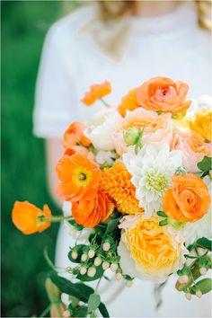 Brautsträuße in Orange Summer bridal bouquet with ranunculus Photo: Hillary Muelleck Photography / Flowers: Sego Floral Orange Wedding Themes, Tangerine Wedding, Orange Wedding Flowers, Orange Flowers, Summer Flowers, Floral Wedding, Orange Weddings, Wedding Vintage, Poppy Bouquet