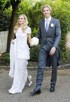 Poppy Delevingne et James Cook dans les jardins de Kensington. http://www.vogue.fr/mariage/inspirations/diaporama/la-robe-chanel-sur-mesure-de-poppy-delevingne/18791/image/1001361#!poppy-delevingne-et-james-cook-dans-les-jardins-de-kensington