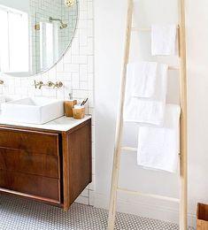 SUBE EL NIVEL Las escaleras decorativas cada vez son más habituales en la decoración del cuarto de baño, ya que son una forma muy original de sustituir a  los clásicos toalleros.