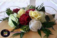 Bukiet białych, czerwonych, kremowych róż :)