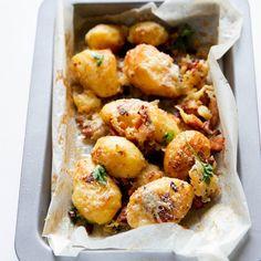 Crispy Bacon and Cheese Potatoes Potato Dishes, Potato Recipes, Beef Recipes, Cooking Recipes, Healthy Cooking, Healthy Eating, Healthy Tips, Cheese Potatoes, Crispy Potatoes