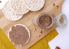 Pecannotenpasta:  – 100 gram pecannoten – 2 theelepels honing – flinke snuf kaneel > fijnhakken en mixen tot er olie vrij komt.