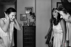 Preparativos de la novia rodeada por sus amigas momentos previo a su boda.