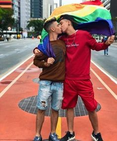 ❤️❤️🌈 🌈gay kiss , pride flag , being gay is a blessing ❤️❤️ 🌈 🌈 . Lgbt Couples, Cute Gay Couples, Couples In Love, Gay Pride, Pride Flag, Gay Mignon, Frases Lgbt, Gay Tumblr, Gay Lindo
