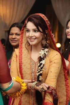 Bridal Mehndi Makeup 2014 For Pakistani Brides 009 - Stylish Pie Pakistani Mehndi Dress, Pakistani Wedding Dresses, Pakistani Outfits, Mehendi, Bridal Dresses, Pakistani Clothing, Indian Sarees, Desi Bride, Desi Wedding