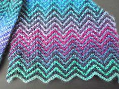 Mijn zig-zag sjaal is klaar, nog net op tijd om de winterkou te trotseren. Hij is gebreid met dunne kousenwol in 2 verschillende kleuren in ...