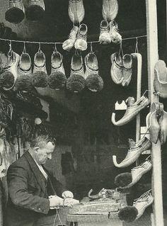 Le gran foto vintage di National Geographic -Un calzolaio ad Atene, Grecia Marzo 1940