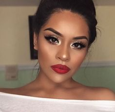 21 red lips make-up ideas - Prom Makeup Red Lip Makeup, Skin Makeup, Makeup For Red Dress, Red Eyeshadow Makeup, Makeup Looks With Red Lips, Red Lip Eye Makeup, Gold Eyeshadow Looks, Holiday Makeup Looks, Prom Makeup Brown Eyes