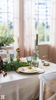 Süßer, äh Verzeihung grüner die Glocken nie klingen und während sich einige Weihnachtsmuffel noch vor dem Fest der Liebe sträuben, zeigen wir euch im dritten Teil aus unserer Serie festliche Tischdeko, mit welchen Tipps und Tricks man selbst mit jeder Menge natürlichen Elementen für einen großen weihnachtlichen Wow-Effekt an einer gedeckten Tafel sorgen kann. Table Decorations, Furniture, Home Decor, Green Christmas, Tips And Tricks, Love, Creative, Decoration Home, Room Decor