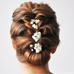 Wedding updos for medium hair always look trendy and romantic. Pick the most appropriate variant of wedding hairstyles from our new list! Wedding Hairstyles For Medium Hair, Up Dos For Medium Hair, Bride Hairstyles, Medium Hair Styles, Long Hair Styles, Prom Hair Medium, Hair And Makeup Tips, Wedding Hair And Makeup, Wedding Updo