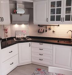 Cheered kitchen with patterned carpet, simple bathroom. Kitchen Room Design, Kitchen Interior, Kitchen Decor, Kitchen Cabinets Models, Kitchen Models, Corner Stove, Pantry Design, Patterned Carpet, Cuisines Design