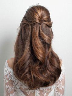 美しいウエーブヘアにティアラを合わせた正統派スタイル/Back