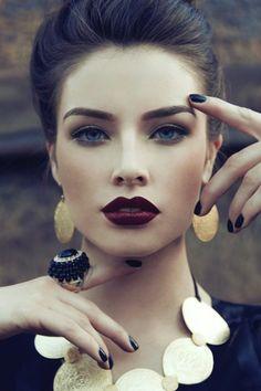 la femme brune avec les yeux bleus