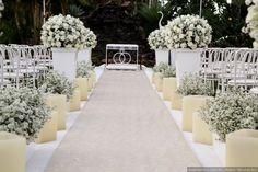 #casamentoscombr #casamentos #casamentosbrasil #wedding #bride #noivas #noiva #decoração #passarela #altar #flores #branco