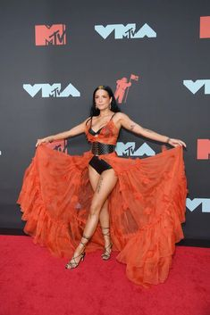24 year old Halsey arrived in sexy style at the 2019 MTV Video Music Awards. The songstress looked incredible as she put her toned figur. Brooklyn, Doja Cat, Mtv Videos, Mtv Video Music Award, Music Awards, Woman Crush, Girl Crushes, Red Carpet, Beautiful People