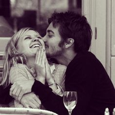 I actually forgot these two dated but this pic was just too sweet (Kirsten Dunst & Jake Gyllenhaal)