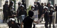 .Un manifestant jette des pierres sur les forces antiémeute au Caire, le 13 septembre.