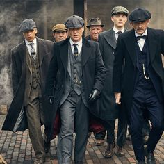 Everything about the peaky blinders style screams that they have wealth, but are of the working class, and above all, are still gangsters. Costume Peaky Blinders, Traje Peaky Blinders, Peaky Blinders Dress, Peaky Blinders Clothing, Peaky Blinders Tv Series, Peaky Blinders Season 5, Hats For Sale, Hats For Men, Gentleman Style