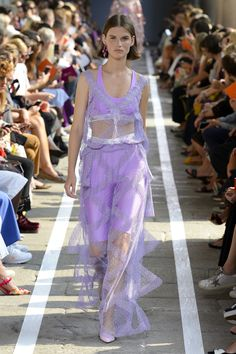 Blumarine Spring 2019 Ready-to-Wear Fashion Show Collection: See the complete Blumarine Spring 2019 Ready-to-Wear collection. Look 40 Summer Fashion For Teens, Spring Fashion Outfits, Purple Fashion, Fashion Week, Fashion Dresses, Women's Fashion, Milan Fashion, Mode Purple, Women's Runway Fashion