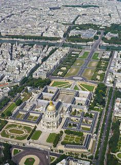 Aerial view of the Hôtel des Invalides and the Esplanade in Paris. In the background, the Seine river with the Alexander III bridge and the Petit and Grand Palais. Architecture Baroque, Historical Architecture, Tour Eiffel, Paris Travel, France Travel, Paris France, Jules Hardouin Mansart, Rio Sena, Places To Travel