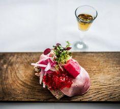 I oktober måned er @akvavitten blandt Danmarks bedste restauranter ifølge gæsterne. Restauranten specialiserer sig i dansk mad og hjemmelavet #snaps. Læs meget mere på DinnerBookings blog #kbh #danish #dansk #foodie #foodlife #foodstagram #foodporn #julefrokost #instagram