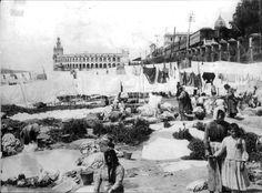 1880 Bs As. Lavanderas en el Bajo al pie del muelle de pasajeros, al fondo la Aduana y el Ferrocarril
