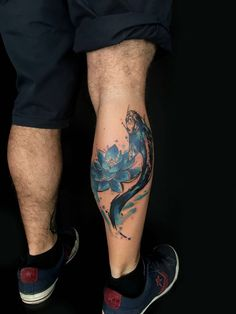 Flower Tattoos like sunflower tattoos and lotus flower tattoos are popular but there is more! Discover beautiful variations of floral tattoos now! Leg Tattoos, Body Art Tattoos, Small Tattoos, Fish Tattoos, Tatoos, Koy Fish Tattoo, Pez Koi Tattoo, Asian Tattoo Sleeve, Sleeve Tattoos