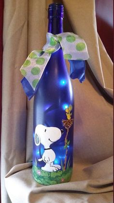 Snoopy Painted Wine Bottle with Lights by KarensWineSeller on Etsy ♡ - Diy home decor - Wein Liquor Bottle Crafts, Recycled Wine Bottles, Wine Bottle Art, Painted Wine Bottles, Lighted Wine Bottles, Bottle Lights, Glass Bottles, Beer Bottle, Christmas Wine Bottles