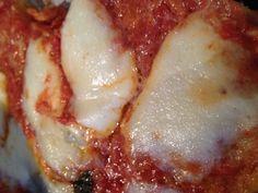 Pizza Homemade 200 grammi di pasta madre 350 grammi di farina di grano duro 350 grammi di farina integrale 2 cucchiai di olio Mozzarella Conserva o pelati Sale quanto basta Basilico Impastare la pasta madre con le farine poco sale e l'olio, lasciate lievitare in un contenitore chiuso, anche dalla mattina alla sera, mettete nella teglia. Coprire con la conserva e un goccio di olio Infornare a forno caldo, statico, metà altezza. A metà cottura mettere la mozzarella e terminare la cottura.