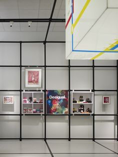 Interior display detail with pipe grid, display cubes and artwork display / Scott McDonald © Hedrich Blessing