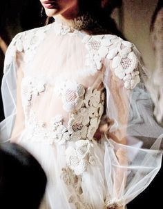 source : pinterest.com _  collection mode haute couture robe valentino, broderie, transparence et dentelle (mebroidery lace)