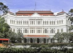 Singapur - Hotel Raffles  Este legendario hotel colonial data del año 1887 y es bien conocido por sus espacios lujosos y  restaurantes. Fue frecuentado por famosos escritores, entre ellos Ernest Hemingway, Somerset Maugham y Rudyard Kipling.Cuenta con museo de su historia en el tercer piso, y otros espacios recreativos