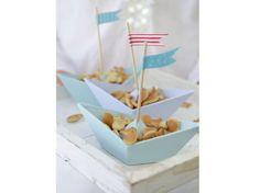 Kleine Snack-Boote http://www.zuhausewohnen.de/wohnen/10-ideen/galerie/10-bastelideen-fuer-ein-picknick-am-see/page/10#content-top