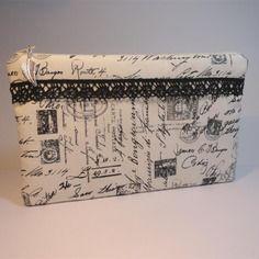 Trousse pochette plate coton fond écru imprimé d'écriture ancienne, timbres et tampons de poste, dentelle noire
