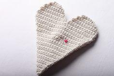 Návod na háčkované vintage srdce 33 Slippers, Christmas Ornaments, Crochet, Handmade, Granny Squares, Hand Made, Christmas Jewelry, Slipper, Ganchillo