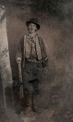 Billy the Kid, autor desconhecido (1880) - Ao ser levada à leilão em 2011, as estimativas eram de que a fotografia – um ferrótipo considerado o único registro autêntico do icônico fora da lei Billy the Kid, que morreu aos 21 anos – fosse vendida por cerca de 400 mil dólares, mas o registro em placa de ferro arrematou mais de 2 milhões. O comprador foi o milionário William Koch, que levou para casa a fotografia pela qual, reza a lenda, Billy pagou 25 centavos em 1880.