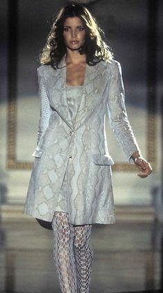 Stephanie Seymour - Atelier  Versace 1995 Fashion Walk, 90s Fashion, Runway Fashion, Fashion Models, Vintage Fashion, Fashion Outfits, Fashion Trends, Gianni And Donatella Versace, Gianni Versace