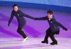 フィギュアスケートのエキシビション練習で、高橋大輔(右)と手をつないで滑走する浅田真央=ソチ(共同)