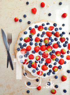 Pavlova torta s lesným ovocím