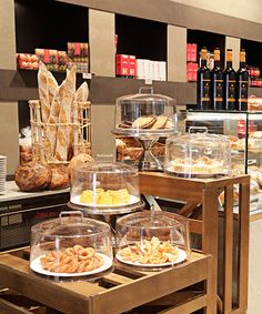 Love the crates! Bakery Store, Bakery Cafe, Cafe Restaurant, Cafe Display, Bakery Display, Bakery Decor, Bakery Interior, Bakery Shop Design, Coffee Shop Design