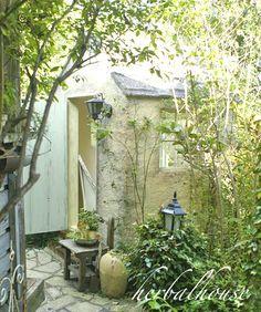 静かな午後のハーバル小屋:小さな幸せ