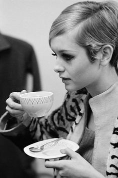 TeaTime with Twiggy! My dad's nickname for me when I was young was Twiggy ( I was really skinny!) my favorite thing to do was have tea time with my mother. That's why I love this picture. People Drinking Coffee, Drinking Tea, Sipping Tea, Fotografia Retro, Colleen Corby, Jean Shrimpton, Longer Eyelashes, 1960s Fashion, London Fashion