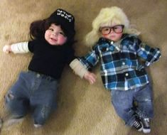 Wayne and Garth from Wayne's World Costumes. Looking for a creative Halloween costume for your kid? Check out these pop culture Halloween costumes. Some are DIY Halloween costumes and others take some skill, but they are all awesome! Halloween Bebes, 90s Halloween Costumes, Halloween Photos, Baby Halloween Costumes, Diy Costumes, Costume Ideas, Halloween Ideas, Awesome Costumes, Creative Costumes