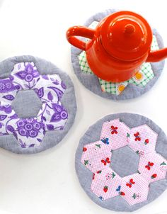 Hotpads (or trivets) are super handy, you can never have too many. Perfect for protecting surfaces from hot pots and prettying the kitchen up at the same time. They make a great house warming gift, and the best part about them is you can use leftover fabric scraps to make them. If you have small pieces of batting and fabrics left over from quilting projects, this project is ideal.