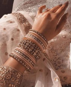 Bangles for Bridal Indian Jewelry Earrings, Indian Jewelry Sets, Jewelry Design Earrings, Indian Wedding Jewelry, Hand Jewelry, Indian Bangles, Pakistani Jewelry, Indian Weddings, Lehenga Jewellery