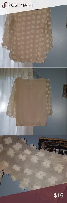 Beautiful Floral Top! Wide open arms, cinched bottom. Please note last picture as there is slight wear not very noticeable New York & Company Tops
