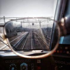 Met dit mooie zonnige weer is een zonnebril geen overbodige luxe  seintje staat al veilig maar nu de deuren nog dicht! #treinleven #train #ns #office #trein #rail #spoor #instagram #picture #nofilter #work #machinist #traindriver #lokfürer #instatrain #dutchie #trainphotography #ns_online #travel #railroad #railwaystation #eisenbahn #bahnbilder #zugfotographie #treinbestuurder #nederlandsespoorwegen #treinen #spoorwegen #ns