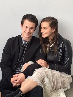 A part of me still loves you ❤ Dylan Minnette and Katherine Langford 13 Reasons Why Poster, 13 Reasons Why Reasons, 13 Reasons Why Netflix, Thirteen Reasons Why, Netflix Series, Series Movies, Movies And Tv Shows, Tv Series, Brooklyn 9 9