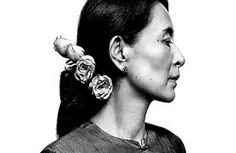 Aung San Suu Kyi began speaking out in favour of the protests and rallies against the dictator U Ne Win and his policies, focusing her speeches on democracy and human rights. Great Women, Amazing Women, I Look To You, Nobel Peace Prize, Nobel Prize, Best Portraits, Modern Portraits, Women In History, Art History