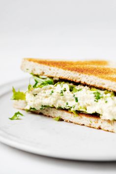This is a simple, yet super flavorful vegan tofu egg salad. Perfect for sandwiches and tartines, wraps and crackers, and more! Vegan Lunch Recipes, Vegetarian Lunch, Vegan Snacks, Raw Food Recipes, Vegan Food, Plant Based Diet, Plant Based Recipes, Tofu, Egg Salad